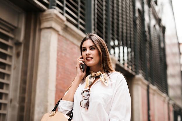 Winkelen meisje op telefoon