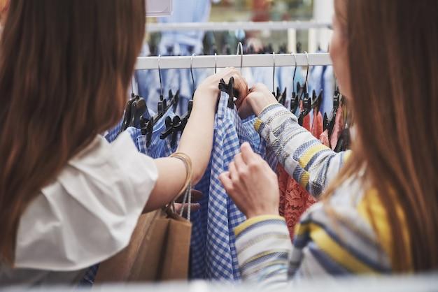 Winkelen met bestie. twee vrouwen winkelen in de winkel. close up bekijken
