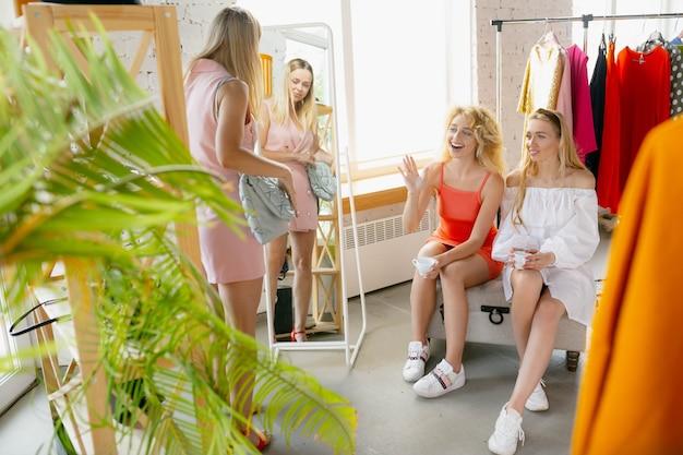 Winkelen met vrienden draag kledingwinkel tijdens de uitverkoop zomer- of herfstcollectie