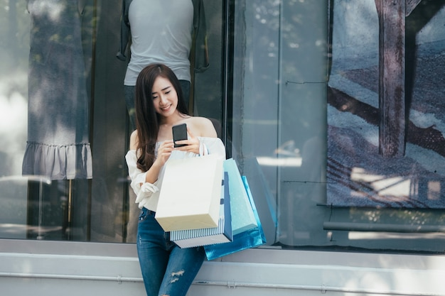 Winkelen op mobiele telefoons en promotie vinden.