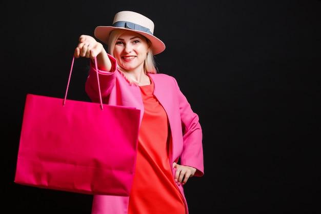 Winkelen vrouw met tassen, geïsoleerd op zwarte achtergrond. zwarte vrijdag concept