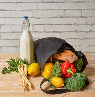 Winkelen zonder verspilling. ecologische natuurlijke zakken met fruit en groenten in tote, milieuvriendelijk,