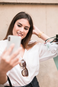 Winkelend meisje dat een selfie neemt
