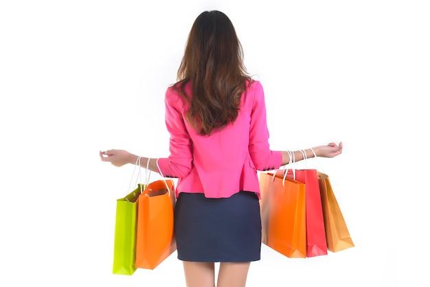 Winkelende jonge aziatische vrouwen die het winkelen zakken houden.