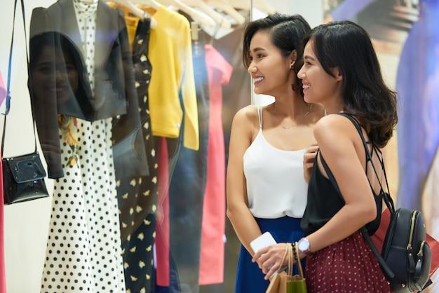 Winkelende meisjes