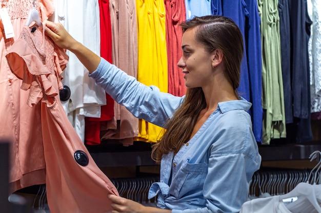 Winkelende vrouw bij wekelijkse doekmarkt