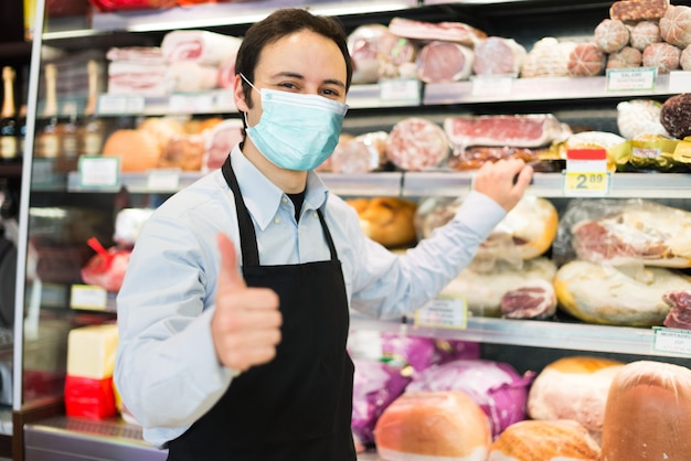 Winkelier die een masker draagt