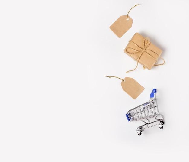 Winkelmandje en dozen met aankopen met plaats om tekst toe te voegen. online winkel- en verkoopconcept