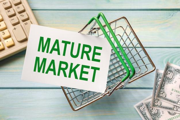 Winkelmandje en tekst mature market op witboek notitie lijst