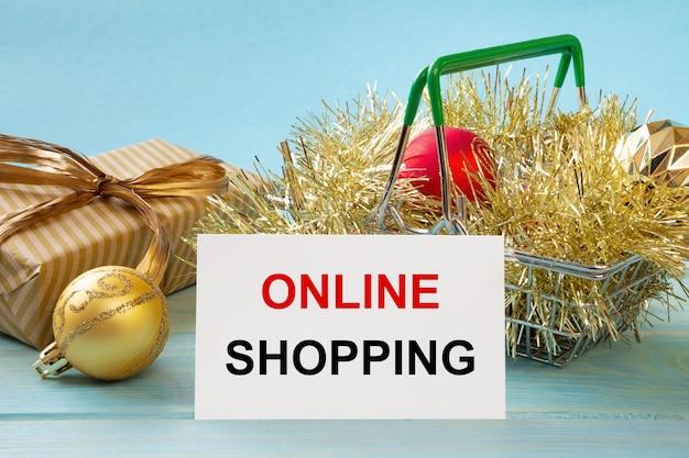 Winkelmandje en tekst online winkelen op witte papieren notitielijst. boodschappenlijstje concept.