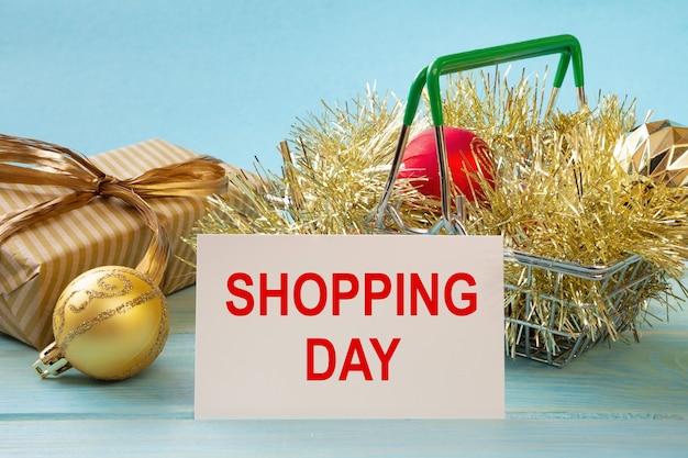 Winkelmandje en tekst shopping day op de lijst van de witboeknotities