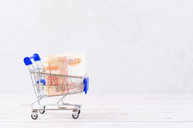 Winkelmandje met russische roebelbiljetten, 5000 roebel in een kar