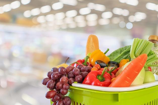 Winkelmandje met supermarkt achtergrond