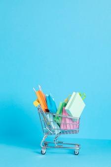 Winkelmandje vol met papieren zakken. seizoensverkoop, online deals, kortingen, promotie, winkelverslavingconcept