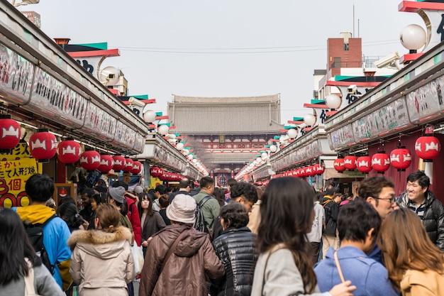 Winkelstraat nakamise in asakusa en de sensoji-tempel met mensenmensen die een bezoek brengen aan senso-ji