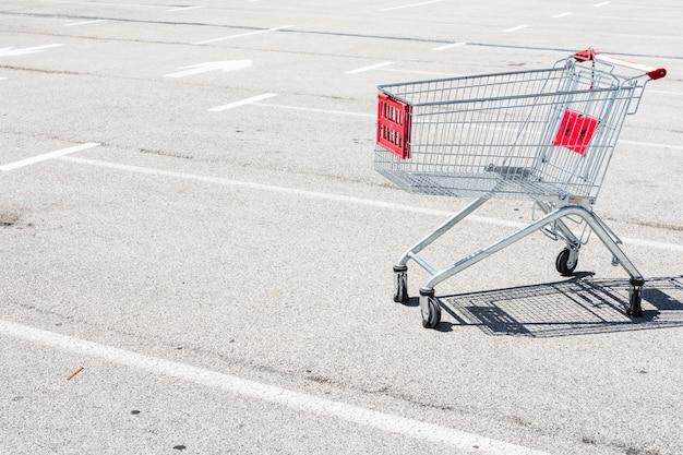 Winkelwagen buiten de supermarkt