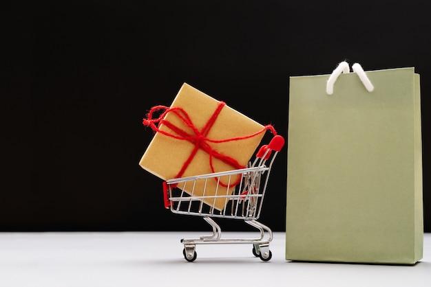 Winkelwagen en boodschappentassen met geschenkdoos, china 11,11 enkele dag te koop