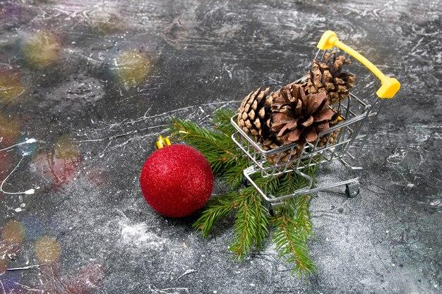 Winkelwagen en kerst decor kopie ruimte