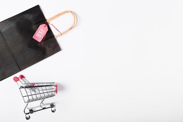 Winkelwagen en tas met kopie-ruimte