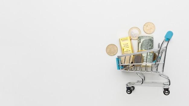 Winkelwagen gevuld met geld kopie ruimte