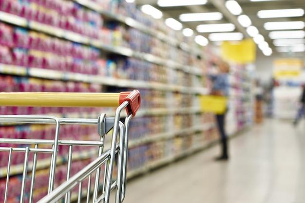 Winkelwagen koper in supermarkt