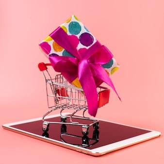 Winkelwagen met cadeau bovenop tablet