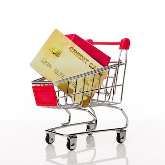 Winkelwagen met creditcard en kopieer ruimte op witte achtergrond - afbeelding