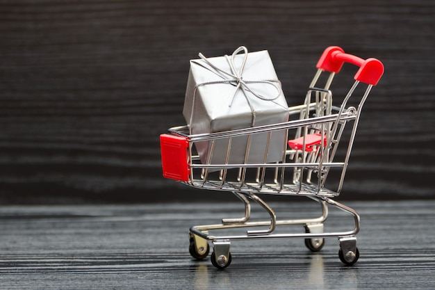 Winkelwagen met geschenkdozen. vakantie verkoop