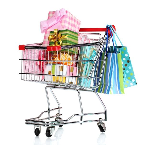 Winkelwagen met heldere geschenken en papieren zakken geïsoleerd op wit