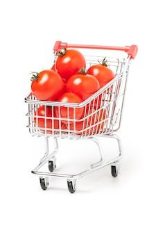 Winkelwagen met tomaten, geïsoleerd op wit