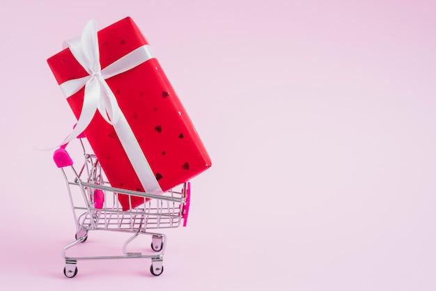 Winkelwagen met valentijnsdag geschenkdoos