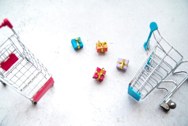 Winkelwagen miniatuur met mini-cadeautjes