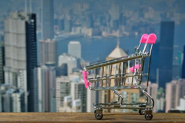 Winkelwagen of supermarkt trolley op top hout