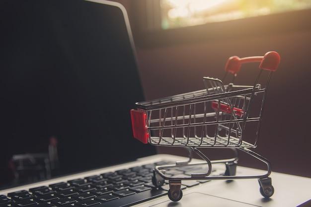 Winkelwagen of trolley op een laptop toetsenbord.