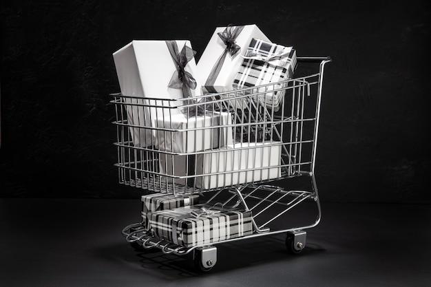 Winkelwagen vol geschenkdozen. sopping op black friday-concept