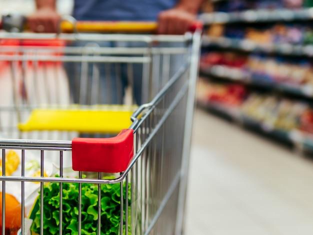 Winkelwagentje in de gang van de supermarkt