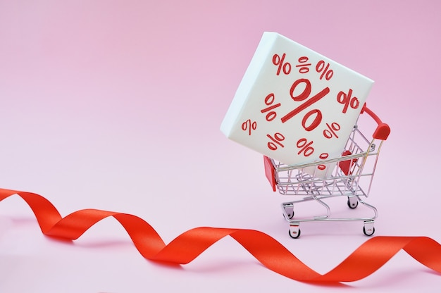 Winkelwagentje met doos met korting procent verkoop zwarte vrijdag