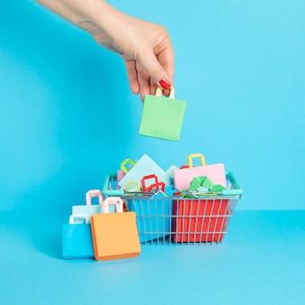 Winkelwagentje vol met papieren zakken winkelen verslaving concept