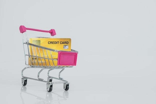 Winkelwagentjemodel met de creditcard. e-commerce winkelen.