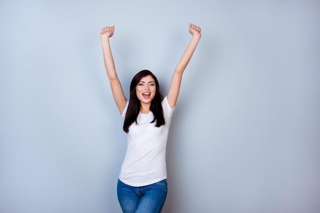 Winnaar gelukkige vrouw viert succes op witte ruimte