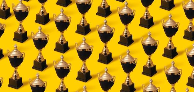 Winnaar gouden beker in zwart beschermend masker, overwinning op coronavirus, patroon