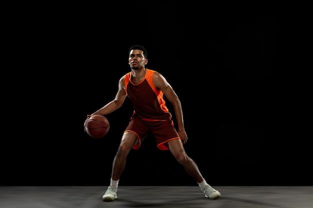 Winnaar. jonge doelgerichte basketbalspeler training, oefenen in actie