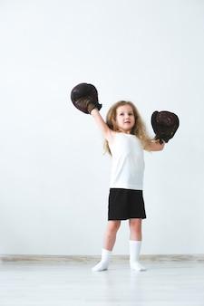 Winnaar. meisje in bokshandschoenen.