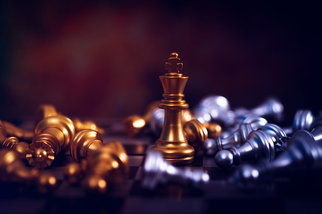 Winnaar schaakbord, gouden overwinning koning wint in succesvolle zakelijke competitie