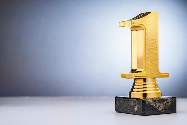 Winnaars 1e plaats gouden trofee met kopie ruimte