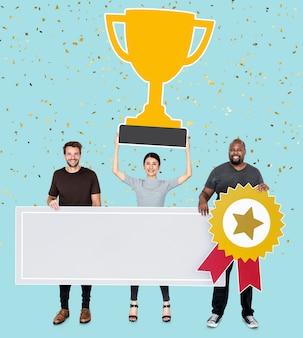 Winnaarsteam dat hun trofee en een exemplaarruimte toont