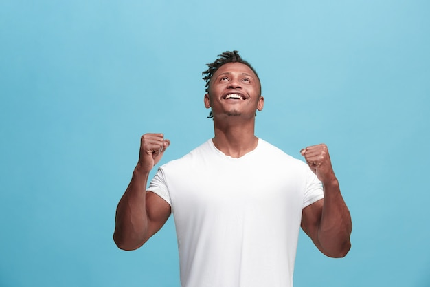 Winnend succes afro-amerikaanse man gelukkig extatisch vieren als winnaar.