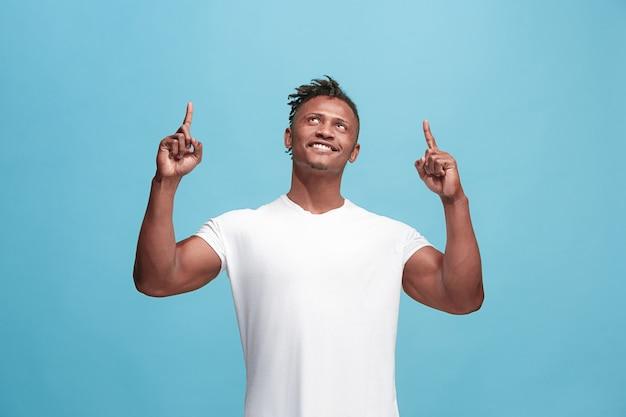 Winnend succes afro-amerikaanse man gelukkig extatisch vieren dat hij een winnaar is. dynamisch energetisch beeld van mannelijk model