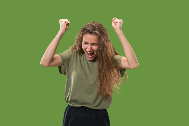 Winnende succesvrouw gelukkig extatisch vieren een winnaar zijn. dynamisch energetisch beeld van vrouwelijk model