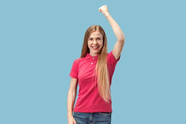 Winnende succesvrouw het gelukkige extatische vieren die een winnaar zijn. dynamisch energetisch beeld van vrouwelijk model